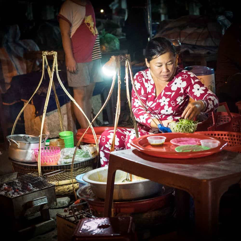 a lady in Hoi An market at night